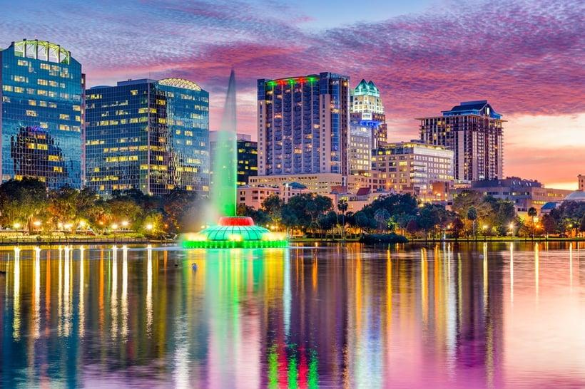 Brandveiligheidsmaatregelen voor  uw hotel (Orlando, Florida, USA skyline at dusk on Eola Lake. )